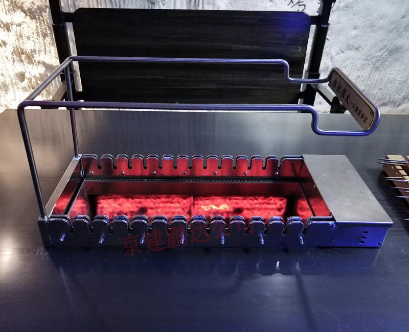 """北京京建鹏达烧烤设备有限公司是起家比较早的厂家,在烧烤行业有一定的美誉,北京京建鹏达是一家自主研发生产销售于一体的高新产业技术公司,公司有着完善的研发团队和售后安装服务团队,公司有着自己的无烟烧烤店品牌""""相识很久烧烤店""""有着精湛的招商团队面向全国招商加盟的客户服务。相识很久烧烤加盟起源于北京,总部设在中国美丽首都-北京,2015年京建鹏达(北京)餐饮管理有限公司全面开始加盟连锁事业。    夏天用木炭如何烧烤出健康美味的羊肉串?    公司经营以自助烧烤为主的餐饮连锁店,我们的目标是打造特色小吃畅销品牌。公司实行""""六个统一""""'统一设备,统一原料,统一品质,统一形象,统一管理,统一文化'全心全意为大中小投资者提供全方位个性化的服务。包括从定制设备,店铺人才输出、预算装修风格,烧烤技术培训和材料,设备安装,完善的售后服务,让客户享受一条龙、一站式服务,省去宝贵的时间和金钱。我公司主要生产室内无烟烧烤机、无烟烧烤桌、无烟烧烤桌椅等等,欢迎全国加盟的朋友前来参观。24小时免费服务热线:400-997-9255"""